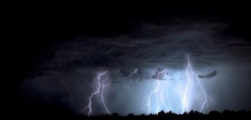 雷 なぜ 音 鳴るのか 光る 夜